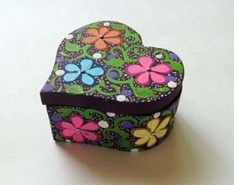 Alebrije jewelry box heart handmade in Oaxaca. Mexican folk art / Alebrije alhajero corazón hecho a mano en Oaxaca