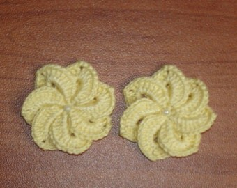 set of 2 pale yellow crochet flowers 7 petals 4 cm diameter