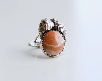 1970s vintage sterling and lace agate ring / 70s artist made silver and peach agate stone ring with feathers size 6.5