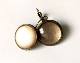 Earrings monochromatic Brown glaze, brass and glass cabochon.