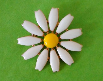 Daisy Pin/Small Enamel Brooch/Good Condition/White &Yellow/Retro Vintage Flower Power/Gold Plate/Good Clasp/lindafrenchgallery