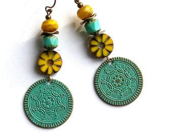 Boucles d'oreilles ethniques bohèmes, jaune turquoise pendentifs oxydés fleur verre tchèque rustique hippie boho ethno chic unique ooak