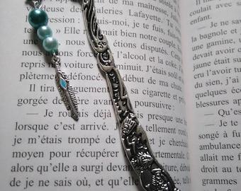 Marque page argenté dauphin, perles bleues et breloque plume cadeau professeur instituteur maîtresse cadeau littéraire Cadeau lecteur