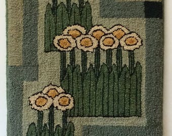 "Hand-hooked rug ""Newcomb Daisies"""