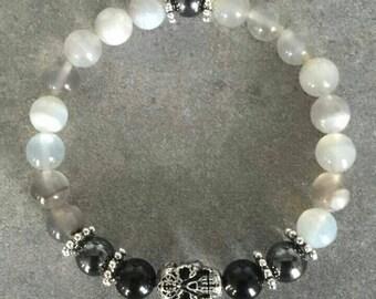 Magnifique Bracelet Homme « Skull » énergétisé en Agate grise et noire/ Hématite magnétite orné de sa tête de mort travaillée.