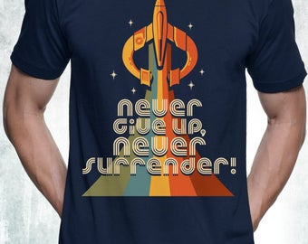 New Galaxy Quest Inspired Never Give Up Never Surrender Retro Style & Colors Mens T-Shirt Unisex Adult Sizes