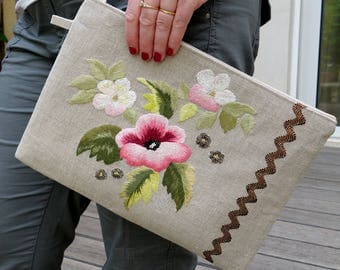 Large pouch ceremony hand embroidered on linen - Trio of pink flowers