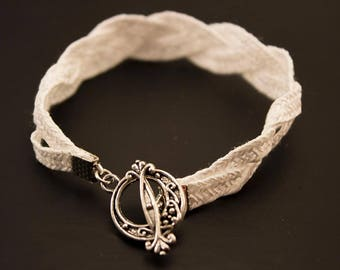 Bracelet in white straw.