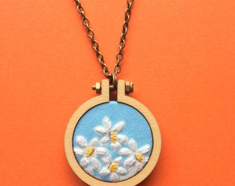 Necklace: Daisy Floral Flower Hand Embroidered Pendant Necklace on Antique Style BRonze Plated 70cm Chain