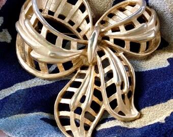 Early Coro Textured Gold Tone Ribbon Brooch