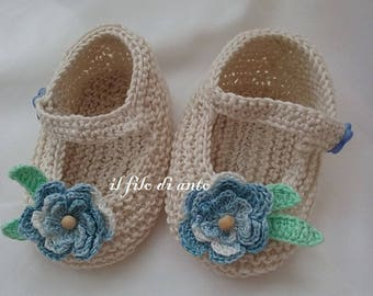 Shoes in beige with blue flower