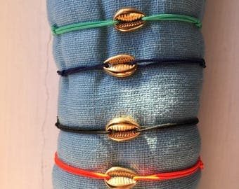 TORTUGUERO thin elastic bracelet with shell connector.