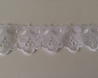 """Broderie anglaise"" white lace about 4 cm"