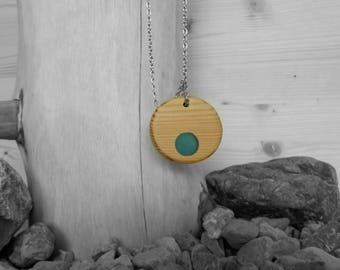 Round green wood and resin necklace