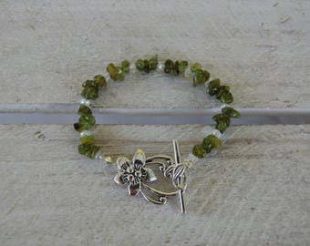 Bracelet in peridot and Swarovski crystals, flower clasp, August birthstone