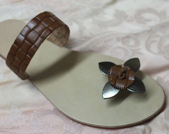 Leather thong sandal with flower