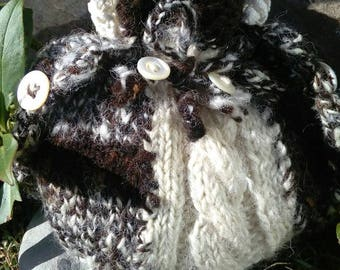Handmade little dolly bag from handspun jacobs fleece, with vintage lace trim and 4 old mother of pearl buttons. Sweet and pretty.
