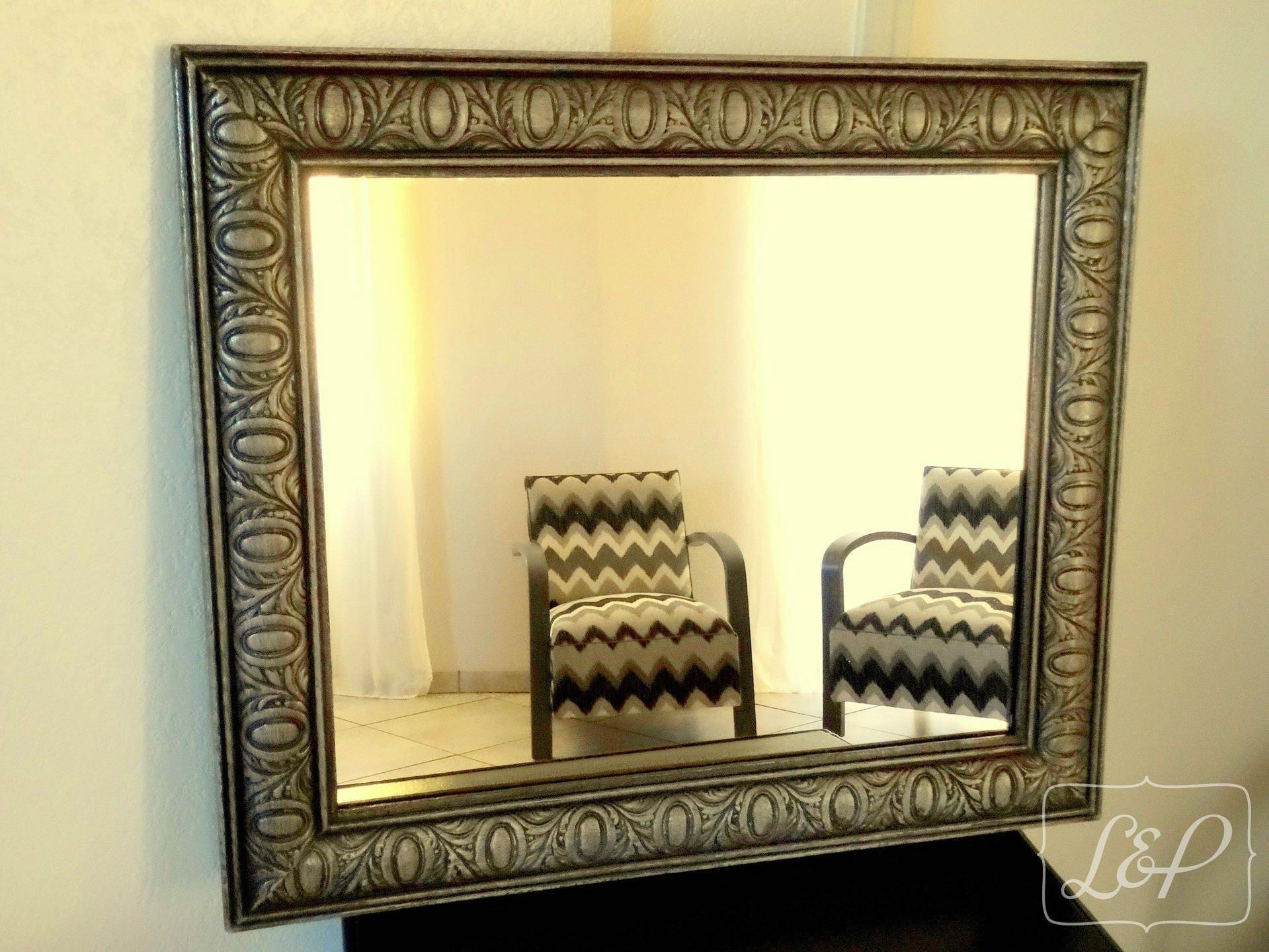 Miroir avec cadre ancien en bois moulures patin noir et for Miroir gris argent