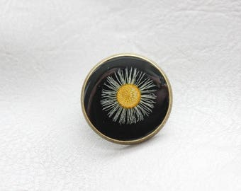 Round pine 2.5 cm bronze, resin and dried wild Daisy flower