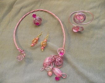 Pretty ornament wire aluminum 2mm pink and dusty pink with pearls and stones of different roses.