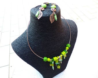 Set short neck and earrings in shades of green