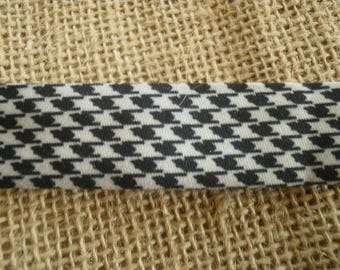 Two metres of bias in synthetic black and white color, width 20 mm