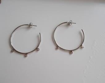1 pair of hoop earrings with 3 holes