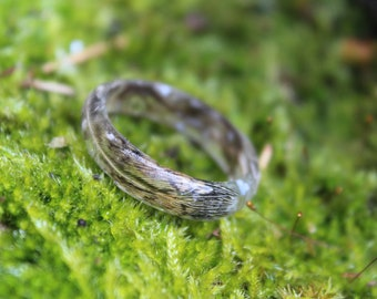 Resin ring with feathers