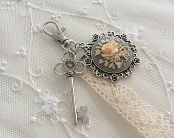 Romantic bag with flower cameo charm and lace (Keychain)