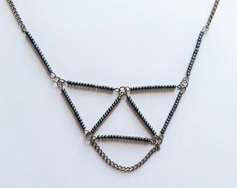 Collier inspiration Himmeli 3 triangles à perles grises et chaine
