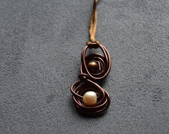 Set of pendant and ring in brown aluminium with natural pink and brown pearls