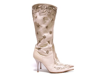 Pointed white leather Italian Stiletto boots embroidered with gold thread