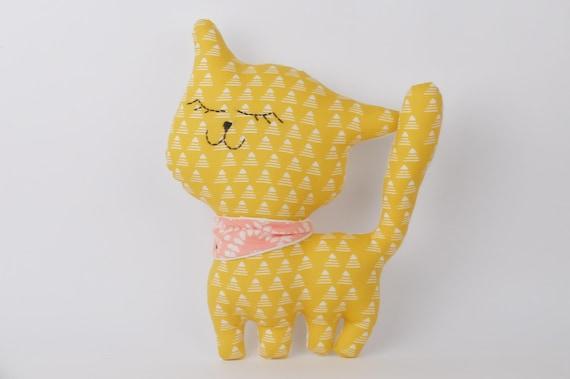 articles similaires doudou chat coussin tissu imprim de petits triangles sur fond jaune. Black Bedroom Furniture Sets. Home Design Ideas