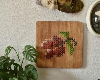 Handgemaakt geborduurd muurdecoratie - hout paneel met een roze bloemetje. Een bloemetje voor je interieur