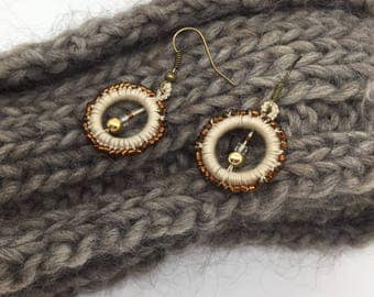 Pendant earrings in yarn and pearls