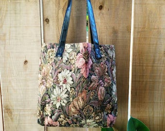 Vintage 80's floral tote bag. Pleather straps and black recyclable lining. Great condition!
