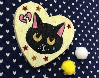 """IN SCONTO* Spilla Broken Heart Kitten - """"The End"""" - gatto nero malinconico dipinto a mano con stelle - pezzo unico - cuore giallo di legno"""
