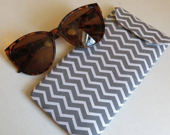 Sunglasses case in grey chevron print
