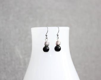 Boucles d'oreilles, bijoux québécois, bijoux femme, noir, classique, métal travaillé, fait à Montréal, boho, courte, acier inoxydable