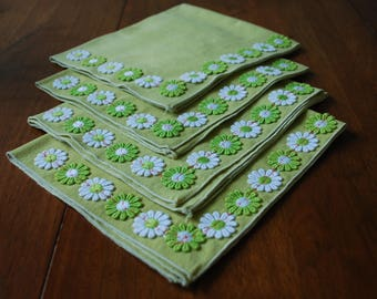 Four Vintage Green Linen Napkins with Daisy Accents - RETRO  - 1960's
