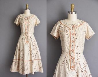 vintage 1950s dress. 50s beige polished cotton floral full skirt dress