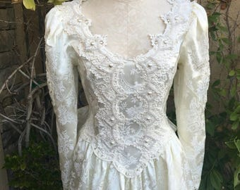 25% OFF SALE Vintage 1980s Jessica mcClintock ivory lace floral embossed victorian wedding dress size S