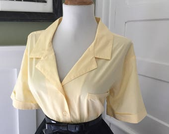 Vintage 1950s 1960s Atomic Novelty Pale Light Yellow Short Sleeve Button Down Blouse Top