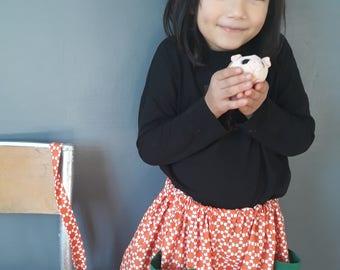 Mignonne petite jupe avec sa jolie barrette assortie