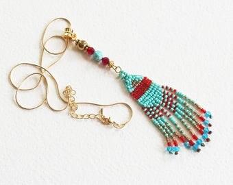 Pendentif pour Sautoir Ethnique Cheyenne - Chaîne dorée et pendentif Tissage de perles artisanal - Bijou créateur en pièce unique