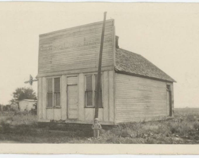 "Vintage Snapshot Photo: ""Where Pearl was born, Oskaloosa, Missouri""..Child @ Store Front c1910s  (79607)"