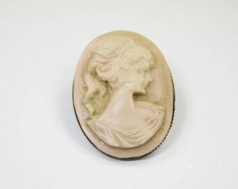 Brooch Lady beige