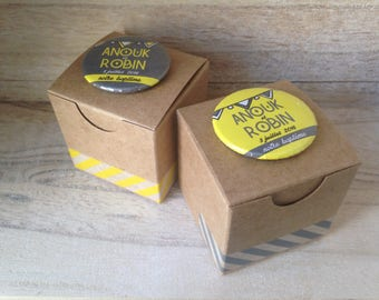 Set of 20 dragees coordinated yellow and grey with custom badges - flags/striped Kraft boxes