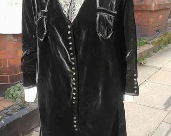 FLASH SALE Amazing volup 1920s black velvet dress with fabulous lace detail at neck and lots of button detail