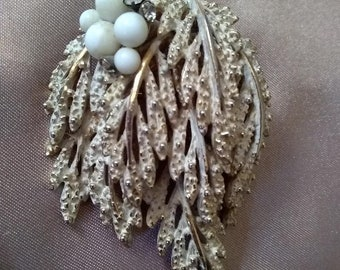 Beautiful vintage rhinestone and faux pearl brooch